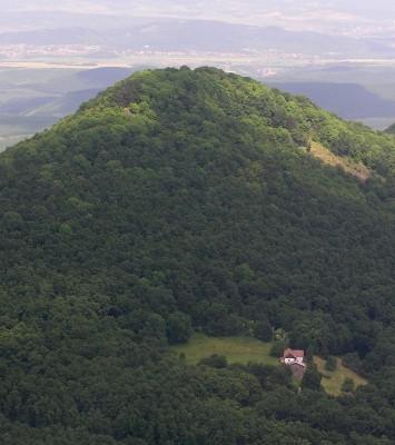 Ágasvár (hegy) és az Ágasvári Turistaház a levegőből